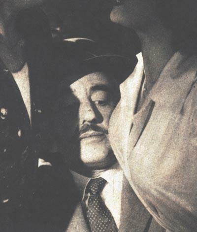 Vittorio De Sica, apretado, en VILLA BORGHESE