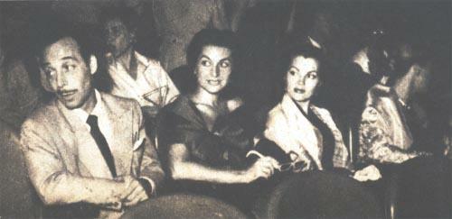 Narciso Ibáñez Menta, Laura Hidalgo, Nelly Panizza y Olga Zubarry, anteojitos en mano, aguardan la proyección del 3-D