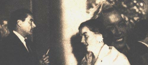 """Errol Flynn con la vista fija en una """"gigantografía"""" de Olga Zubarry, en el lobby del Auditorium del Casino, espera por la proyección de BUENOS AIRES EN RELIEVE"""