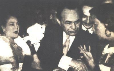 Conocedor del idioma español, Edward G. Robinson le da un apretón (de mano) a Tita Merello. Mary Pickford observa