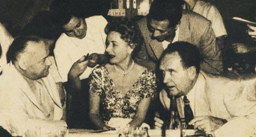 El Subsecretario de Informaciones, Sr. Apold, departe con Irene Dunne, Frank Borzage y Juan Carlos Thorry