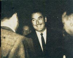 Errol Flynn presenta sus saludos al Presidente Perón y al Subsecretario de Informaciones