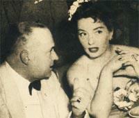 Raúl Alejandro Apold conversa con Viviane Romance en una de las cenas de recepción