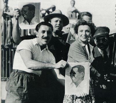 La actriz madrileña Rosita Moreno sonríe para la foto, sorprendida por los muchachos peronistas